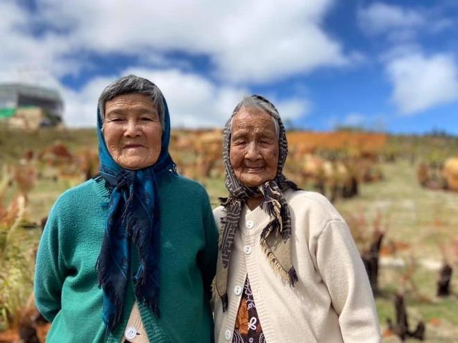 Hai cụ bà U90 mặc áo đôi du lịch Đà Lạt khiến giới trẻ trầm trồ ngưỡng mộ - Ảnh 3.