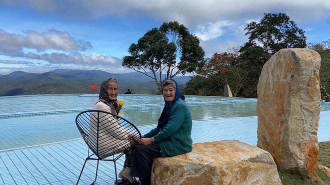 Hai cụ bà U90 mặc áo đôi du lịch Đà Lạt khiến giới trẻ trầm trồ ngưỡng mộ - Ảnh 4.