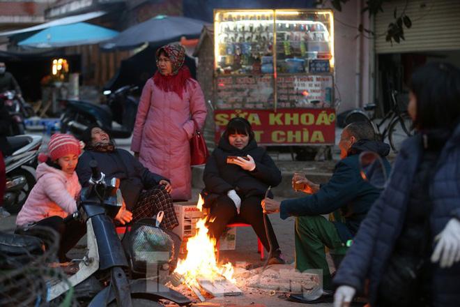 Cuộc sống đảo lộn của người lao động Thủ đô trong ngày lạnh nhất từ đầu mùa - Ảnh 5.