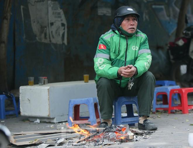 Cuộc sống đảo lộn của người lao động Thủ đô trong ngày lạnh nhất từ đầu mùa - Ảnh 6.