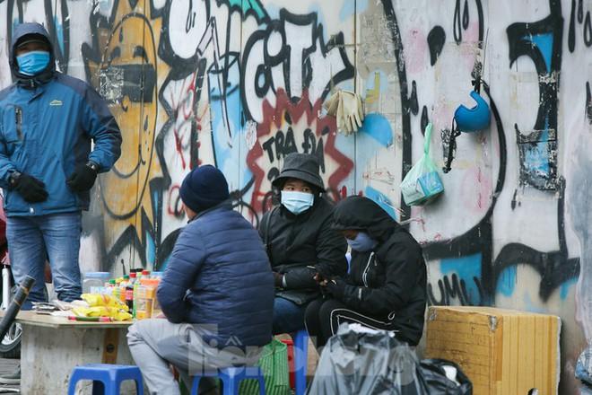 Cuộc sống đảo lộn của người lao động Thủ đô trong ngày lạnh nhất từ đầu mùa - Ảnh 9.