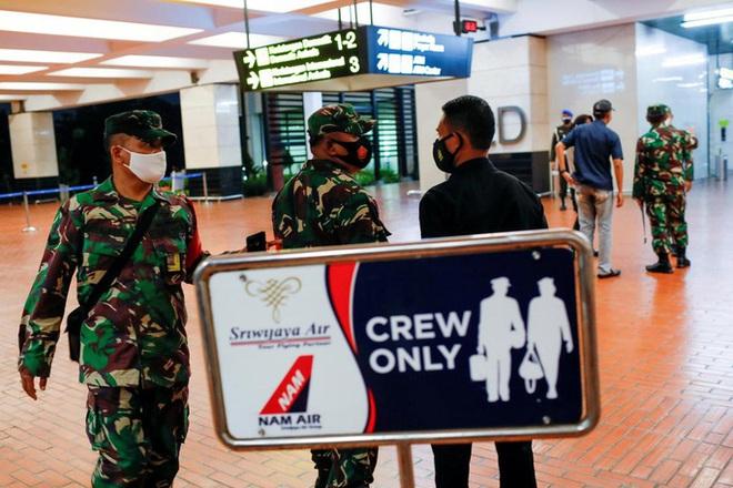 Những hình ảnh đầu tiên về các mảnh vỡ được cho là của máy bay Indonesia vừa gặp nạn - Ảnh 2.