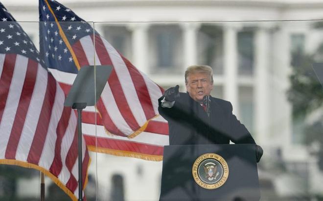 """Tới ngày làm tổng thống cuối cùng, ông Trump vẫn """"tạt gáo nước lạnh"""" vào ông Biden"""