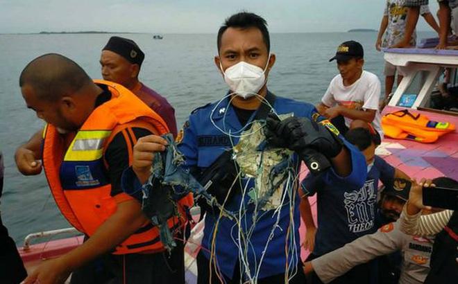 """Những hình ảnh đầu tiên về các """"mảnh vỡ"""" được cho là của máy bay Indonesia vừa gặp nạn"""