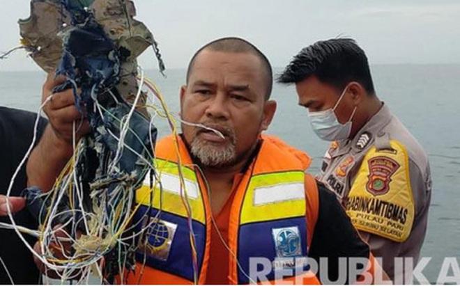 Indonesia xác định máy baycó62 hành khách và phi hành đoàn rơi xuống biển