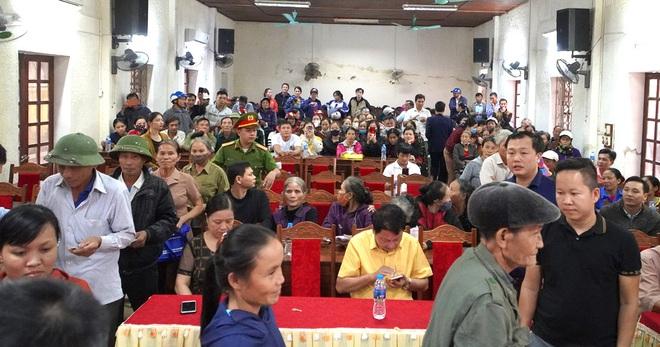 Thủy Tiên cứu trợ lũ ở Nghệ An, Hà Tĩnh: Nhiều người khóc khi nhận hàng trăm triệu đồng để trả nợ - Ảnh 1.