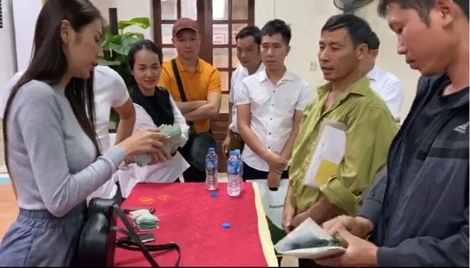 Thủy Tiên cứu trợ lũ ở Nghệ An, Hà Tĩnh: Nhiều người khóc khi nhận hàng trăm triệu đồng để trả nợ - Ảnh 3.