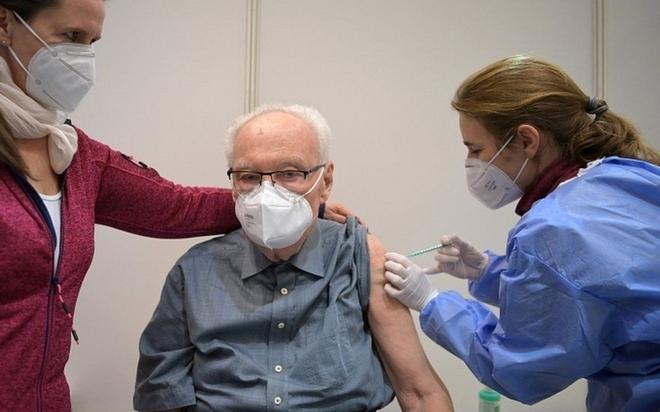 Giảm hiệu quả miễn dịch sau mũi 2 vaccine Pfizer: Có đáng sợ không?; Chuyên gia cảnh báo ác mộng cận kề với các nước gần Việt Nam - Ảnh 1.