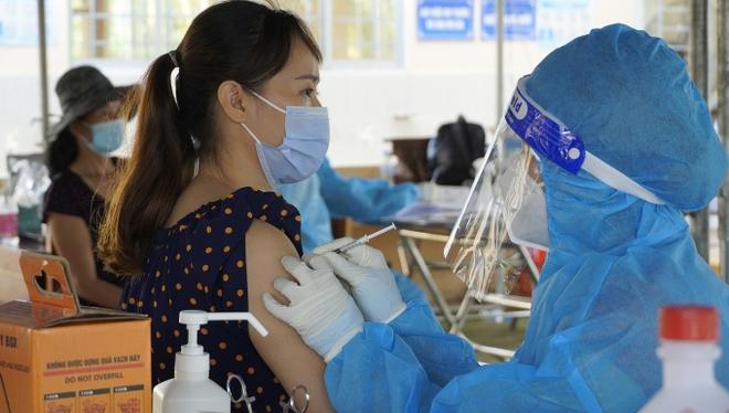 Người dân Bình Dương chen chật cứng chờ tiêm mũi 2 vắc xin Vero Cell - Ảnh 1.