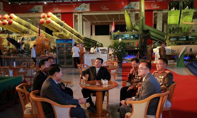 24h qua ảnh: Tượng phật khổng lồ nổi bật trong đêm ở Thái Lan - Ảnh 6.