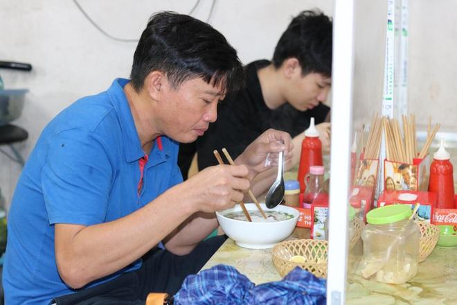 Toàn Hà Nội là vùng xanh, nhiều người đội mưa đi ăn phở ngày cuối thu. Số ca mắc mới và tử vong trong 24h lại tăng - Ảnh 1.