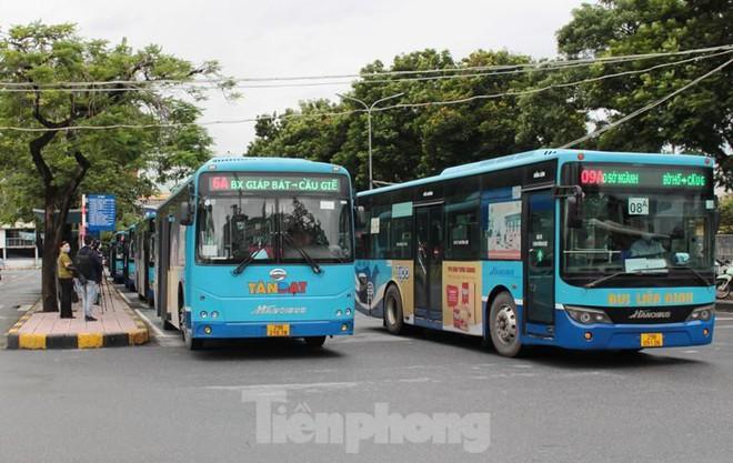 Toàn Hà Nội là vùng xanh, nhiều người đội mưa đi ăn phở trong tiết trời se lạnh. Số ca mắc mới và tử vong trong 24h lại tăng - Ảnh 2.