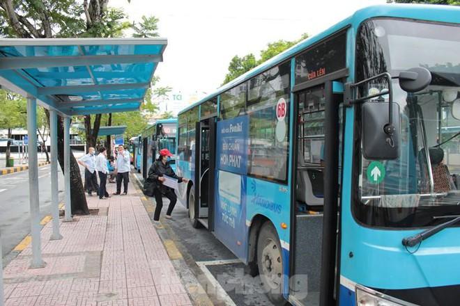Toàn Hà Nội là vùng xanh, nhiều người đội mưa đi ăn phở trong tiết trời se lạnh. Số ca mắc mới và tử vong trong 24h lại tăng - Ảnh 3.