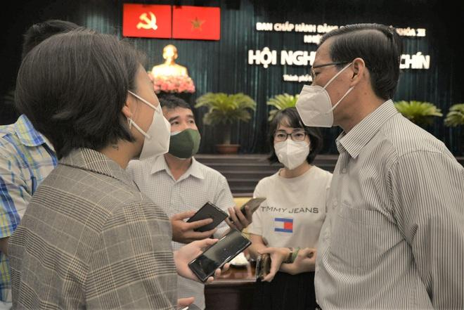 22 chốt kiểm soát ở Hà Nội vẫn yêu cầu giấy xét nghiệm Covid-19. Số ca mắc mới và tử vong trong 24h lại tăng - Ảnh 1.