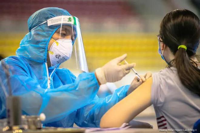 17 học sinh dương tính SARS-CoV-2 sau 1 đêm liên quan ca mắc chưa rõ nguồn lây. Phong tỏa khẩn gần 600 hộ dân vì ca nhiễm Covid-19 cộng đồng - Ảnh 1.
