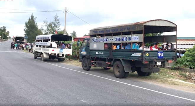 Huy động xe khách chở 400 người đi bộ từ các tỉnh phía Nam về quê - Ảnh 6.