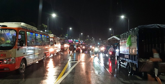 Huy động xe khách chở 400 người đi bộ từ các tỉnh phía Nam về quê - Ảnh 8.