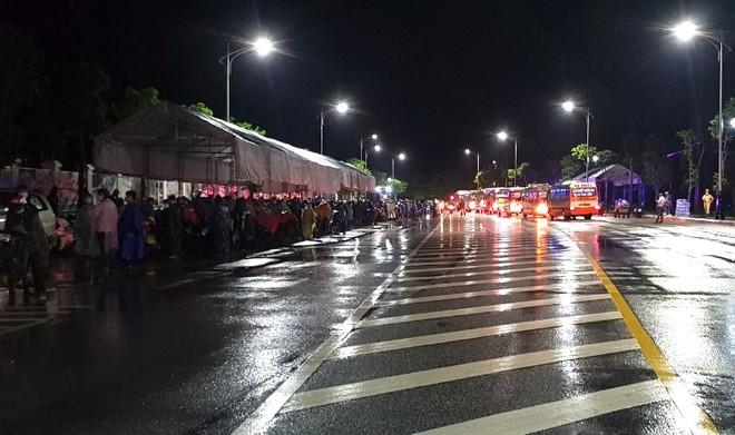 Huy động xe khách chở 400 người đi bộ từ các tỉnh phía Nam về quê - Ảnh 9.
