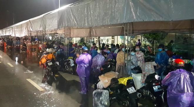 Huy động xe khách chở 400 người đi bộ từ các tỉnh phía Nam về quê - Ảnh 4.