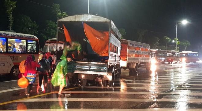 Huy động xe khách chở 400 người đi bộ từ các tỉnh phía Nam về quê - Ảnh 7.