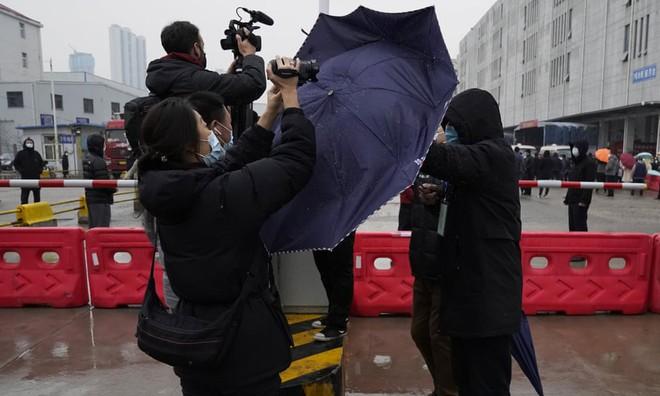 24h qua ảnh: Nhân viên an ninh Trung Quốc dùng ô ngăn phóng viên ở Vũ Hán - Ảnh 5.