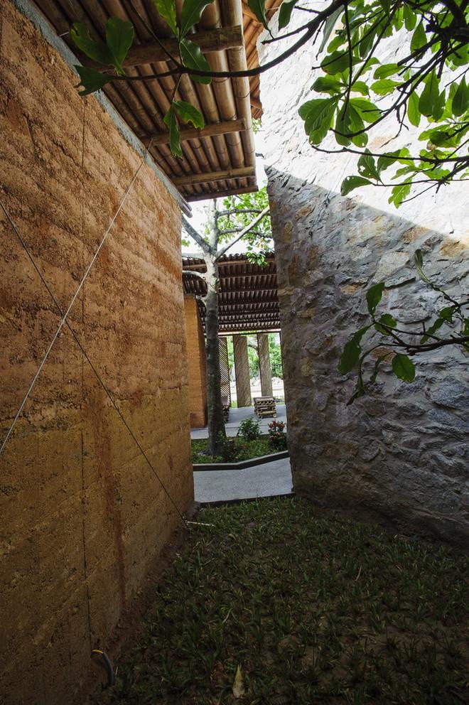 Khu nhà bằng tre, đất, đá gần gũi thiên nhiên nổi bật trên báo ngoại - Ảnh 6.
