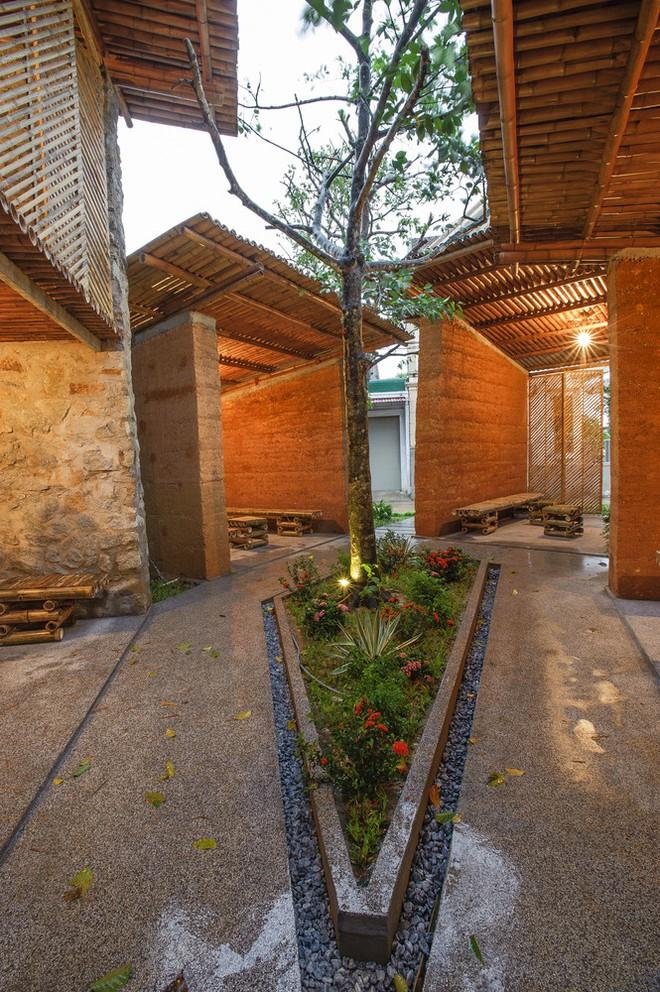 Khu nhà bằng tre, đất, đá gần gũi thiên nhiên nổi bật trên báo ngoại - Ảnh 5.
