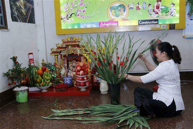 Người Việt tại Lào giúp nhau vượt qua nỗi nhớ quê hương, cùng hướng về Tổ quốc - Ảnh 1.