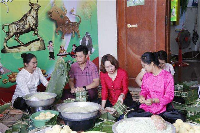 Người Việt tại Lào giúp nhau vượt qua nỗi nhớ quê hương, cùng hướng về Tổ quốc - Ảnh 3.