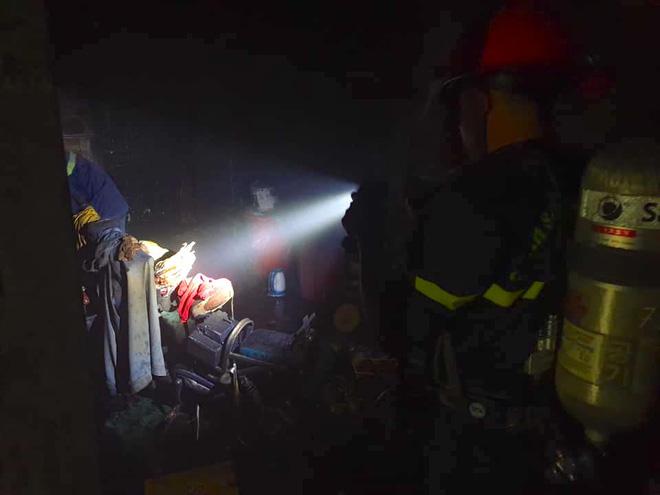 Say rượu phóng hỏa đốt nhà rạng sáng 30 Tết, cố thủ bên trong không cho ai vào dập lửa - Ảnh 1.