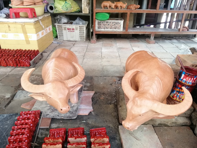 Ngắm tượng trâu qua bàn tay tài hoa của nghệ nhân làng gốm Thanh Hà - Ảnh 2.