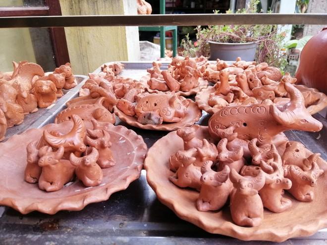 Ngắm tượng trâu qua bàn tay tài hoa của nghệ nhân làng gốm Thanh Hà - Ảnh 4.