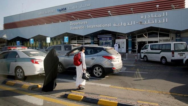 Ả Rập Saudi: Phiến quân tấn công bằng UAV, đốt máy bay dân sự - Ảnh 2.