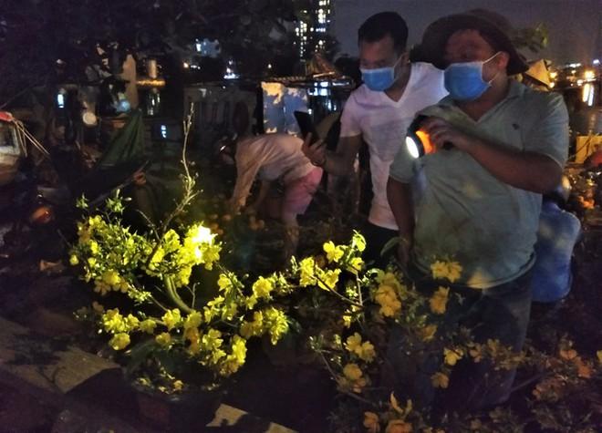 Đêm giao thừa người TPHCM soi đèn mua hoa Tết giải cứu nông dân - Ảnh 2.