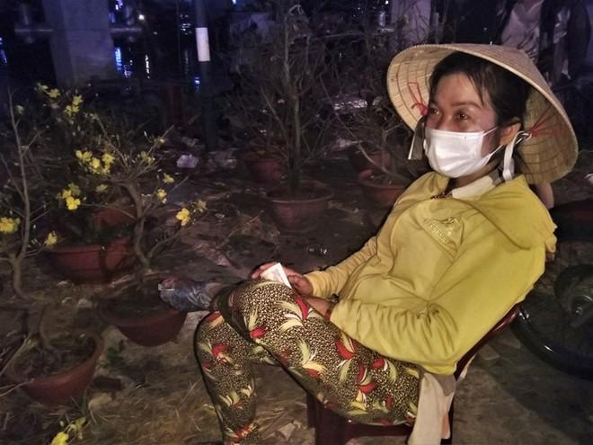 Đêm giao thừa người TPHCM soi đèn mua hoa Tết giải cứu nông dân - Ảnh 11.
