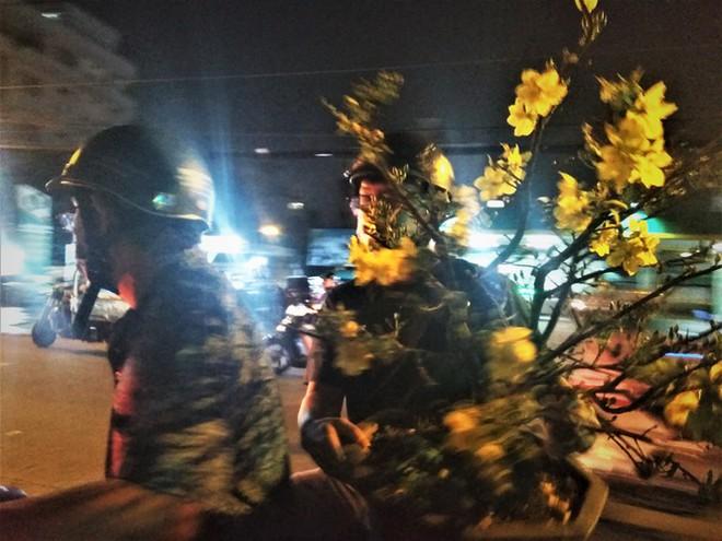 Đêm giao thừa người TPHCM soi đèn mua hoa Tết giải cứu nông dân - Ảnh 3.