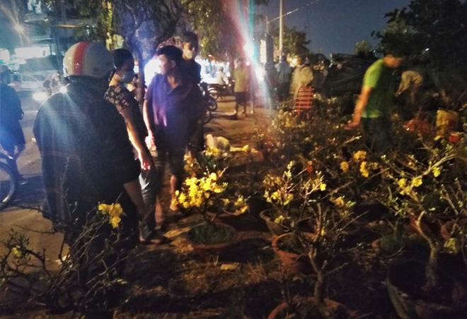 Đêm giao thừa người TPHCM soi đèn mua hoa Tết giải cứu nông dân - Ảnh 5.