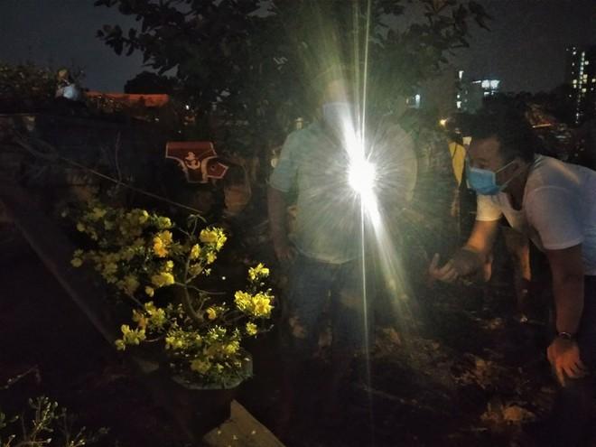 Đêm giao thừa người TPHCM soi đèn mua hoa Tết giải cứu nông dân - Ảnh 6.