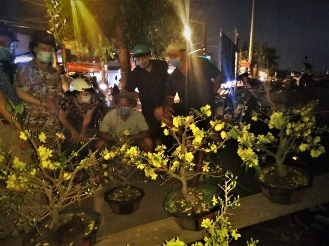 Đêm giao thừa người TPHCM soi đèn mua hoa Tết giải cứu nông dân - Ảnh 7.