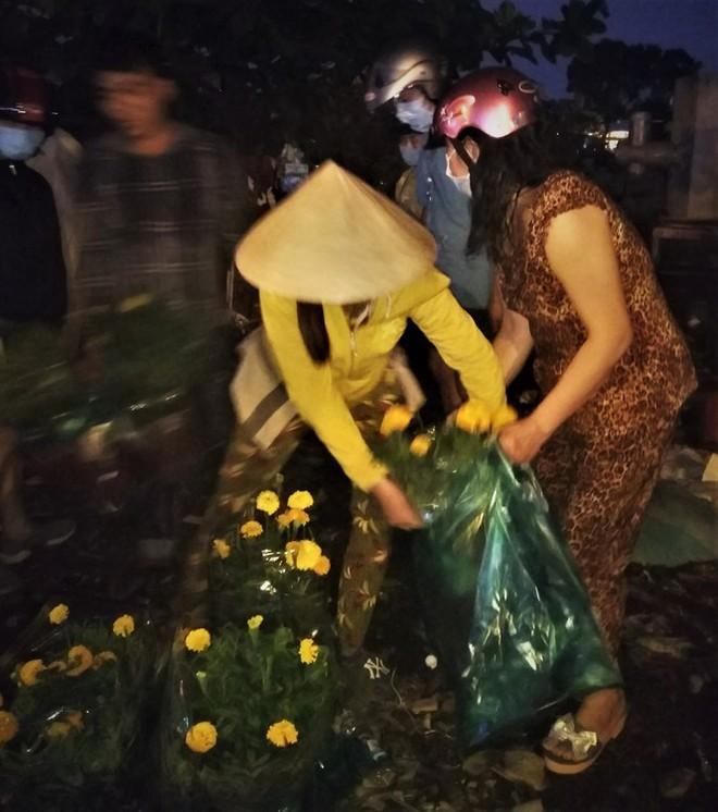 Đêm giao thừa người TPHCM soi đèn mua hoa Tết giải cứu nông dân - Ảnh 9.