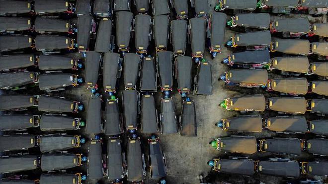 24h qua ảnh: Xe tuk-tuk đỗ kín bãi ở Bangkok vì không có du khách - Ảnh 7.