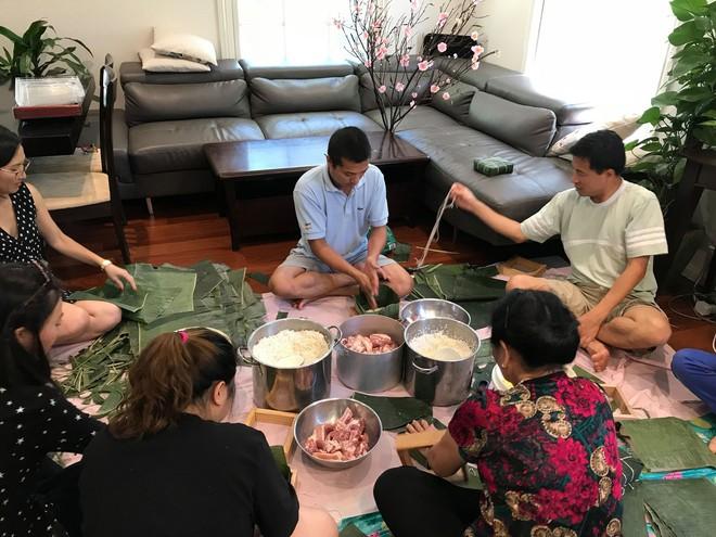 Mâm cơm ngày Tết của người Việt tại Úc khiến tất cả phải kinh ngạc: Vì dịch bệnh mà năm nay bớt to hơn - Ảnh 1.