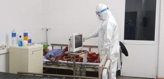 Bệnh nhân COVID-19 liên quan ổ dịch sân bay Tân Sơn Nhất: Diễn tiến lâm sàng rất nhẹ, âm tính rất nhanh - Ảnh 1.