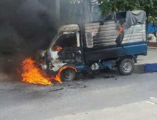 Xe tải đang chạy bốc cháy, tài xế tháo chạy thoát thân - Ảnh 1.