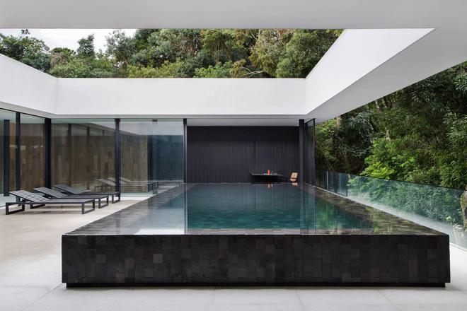 Ngôi nhà với những cây cột đen sì, xuất hiện lổn nhổn - Ảnh 3.