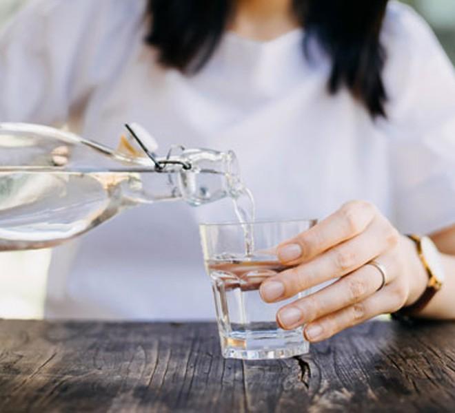 3 lợi ích không ngờ tới của việc uống một cốc nước ấm vào buổi sáng: Tiếc rằng nhiều người chưa quen làm - Ảnh 1.