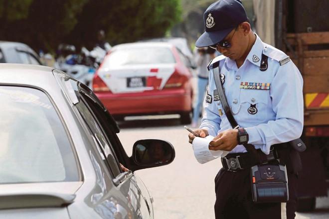 Dừng xe ở 1 chốt chặn, cô gái bị cảnh sát giao thông quấy rối, sốc nhất là yêu cầu cô nhận được - Ảnh 2.