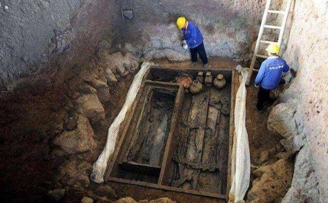 """Đội khảo cổ khai quật ngôi mộ hợp táng 1 nam 34 nữ: Tìm thấy tín vật tình yêu hai nửa """"âm dương"""""""