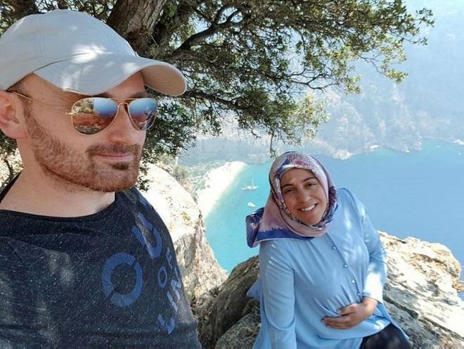Chồng rủ vợ lên vách núi ngồi 3 tiếng đồng hồ, những gì xảy ra sau đó khiến ai cũng hoang mang - Ảnh 2.
