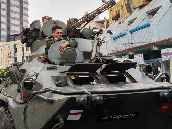 Myanmar triển khai xe tăng, nổ súng giải tán người biểu tình - Ảnh 1.